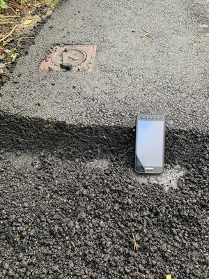 Asfaltkanten som lämnades på gatan var cirka 10 centimeter hög. Foto: Privat
