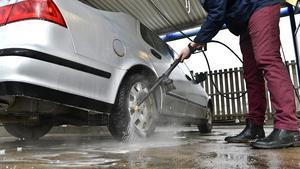 Kommunen önskar att fler Hebybor tvättar bilen i en tvätthall för miljöns skull. Foto: Anders Wiklund