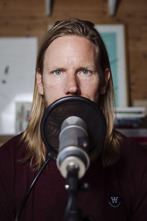 Kristoffer Triumf i sin studio där podcasten