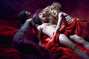Fredagsmys i vampyrkollektivet.   Foto: Njutafilms