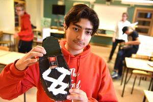 Nour Chacha visar upp sin energismarta sko och berättar hur den fungerar.