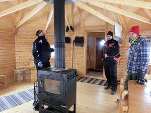 Kvällknäppen är en skön rastplats efter några timmar på skotern. Stugan sköts av bygdegårdsföreningen. Från vänster: Mats Danielsson, Peter Högberg och Simon Högberg.