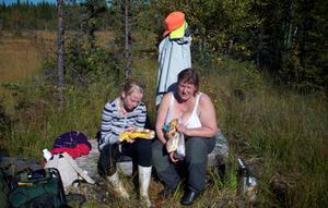 Så här såg det ut. Vi - barnbarnet-Sofia Grenholm, 11år och jag-Leena N Eriksson i färd med att grilla korv.