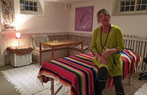 Telda Jonsson från Lidingö bor numera i Vikarbyn. Hon har sysslat med bland annat Qigong och kroppsbehandling i många år, och ser fram emot att nu få starta verksamhet i Rättvik. Hennes behandlingsrum finns en trappa ner, under butiken.
