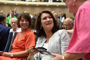 Minister för högre utbildning och forskning Matilda Ernkrans och utrikeshandelsminister och minister Ann Linde (S) i plenisalen i riksdagshuset i samband med riksmötets öppnande.