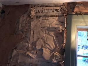 Att krigsåren var kalla kan man förstå när väggarna tätats med gamla Sala Allehanda från den tiden.