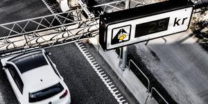 När trängselskatten infördes i Stockholm var det sagt att den skulle gå i princip oavkortat till utbyggd och underhållen kollektivtrafik. I dag går dock 80 procent till Förbifart Stockholm, vilket är förklaringen till varför det måste till en höjning av månadskortet för kollektivtrafiken, skriver Britt-Mari Bardon och Ola Nordstrand. Foto: Tomas Oneborg, TT.