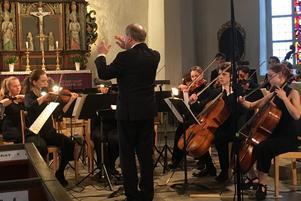Kungliga Musikhögskolans Stråkorkester och Sinfonietta under ledning av Ola Karlsson bjöd publiken i Torsåkers kyrka på en konsert där musiken ofta spritte av liv. Bild: Lars Westin