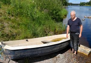 Lars Broström vid den upphittade och bärgade båten.