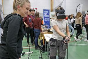 Här svetsas det. På en dator med VR-spel. Moha Karlsson testar svetskunskaperna under ledning av Wilma Kämpe från Teknikcollege.