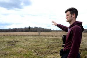Landskapsstrategen Peter Sennblad berättar att fågelsorten sånglärkan försvunnit på grund av förstörelse vid biotopskyddade områden i kommunen. Fotograf: Eva Langefalk.