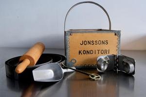 Attiraljerna från gammelmorfar Bagar-Jonssons konditori har Andrea Skott Dahlgren fått av Kerstin Dahlsten, som arbetade i konditoriet som låg i samma lokal för 50 år sedan.
