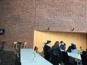 Efter halv tolv fylls borden på med elever från olika skolor. Foto: Lunchkollen