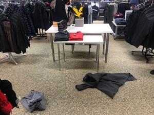 Det tog bara mellan en och två minuter för gärningsmännen att få med sig märkeskläderna vilket enligt butiksägaren tyder på att de rekat innan.