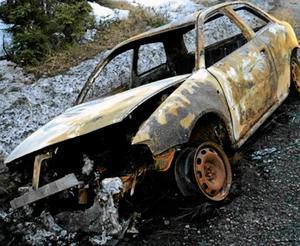 Kidnappningsmordet. Polisens bild på den utbrunna bil som hittades i Timrå kommun efter kidnappningen i Gävle.
