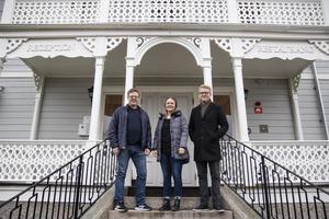 Thomas Mogren , Marlene Ljung, och Christer Johansson på trappen till Gästgivars i Alfta.