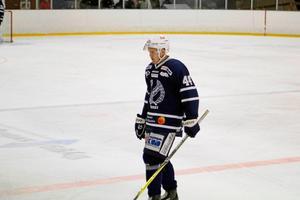Ludvig Karlsson väljer att stanna i Köping Hockey även nästa säsong. Trots att det funnit intresse från högre serier.