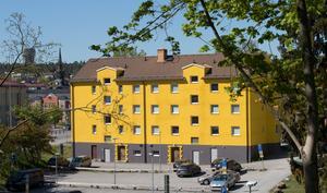 Den gula fasadfärgen på fastigheten på Östergatan väcker reaktioner.