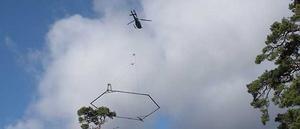 Helikoptern med mätinstrumentet. Foto: Mattias Gustafsson/SGU