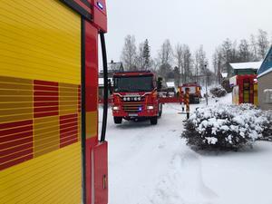 Branden i Ockelbo började i en radhuslänga. Hela lägenheten är utbränd och räddningstjänsten är på plats.