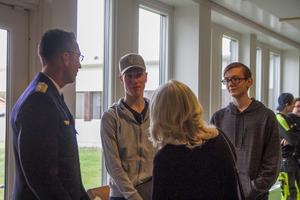 Är det bra att vara med i en frivilligorganisation undrar Jakob Grundström och William Jernberg, när de möter Micael Bydén och Bitte Åström.
