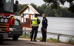 Polis fanns också närvarande på platsen, dels för att dokumentera vad som skett och höra vittnen.