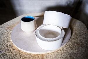 Keramik, bild och textil är några av Linnéa Näslund Dauns plattformar.