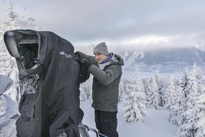Teknikern Ola Kåkneryd tittar till tv-kameran som har ett teleobjektiv med 100 gångers förstoring.