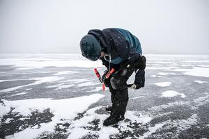 Det krävs många skydd för att is-surfa säkert. Skidhjälm, isdubbar, ryggskydd, knä och armbågsskydd.