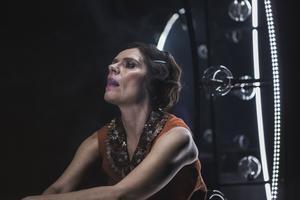 Alexandra Zetterberg Ehn som författaren Agnes von Krusenstjerna. Foto: Tomas van der Kaaij