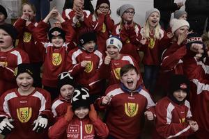 Mååål! Sveg har mest publik i hela division två, och när hockeyns A-lag vann mot Strömsund på hemmaplan med 12-2 på fredagen gick det inte att ta miste på glädjen.