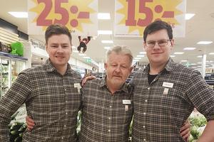 Jakob Elmtoft, Anders Nilsson och Markus Elmtoft i sin ICA-butik.