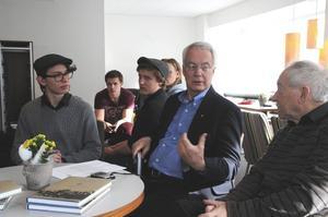 Ett kulturhistoriskt dokument har sett dagens ljus. I förgrunden samtalar Gustav Enerlöv, Aksel Berglund, Tage Levin och Gösta Nilsson  om Lyran förr och nu.