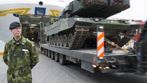 Ihåligt försvar? Stefan Andersson, brigadgeneral, tog i höstas emot åtta stridsvagnar i Visby hamn som ställdes i ett nybyggt förråd.                            Foto: Staffan Enström/Scanpix