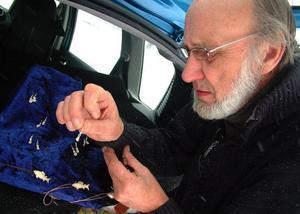 Sven Doll har gjort sig en showdyna där han visar sina minsta alster i trä och ben.