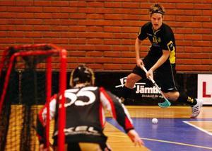 IBC Östersunds Johan Axelsson bryter in mot Kenneth Edin i Vallamålet.