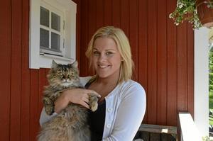 ÄNGLAVAKT. Katten Asti blev skjuten i huvudet men hade tur som klarade sig bra. Astis matte Maria Wirenborg har anmält händelsen till polisen. Foto: Anna Lund