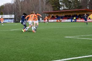 Tabitha Chawinga är på väg att göra 1–0 för Kvarnsveden.