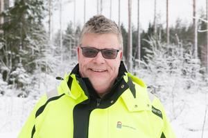 Patrik Håll beskriver motorsågen som världens farligaste arbetsredskap, men tycker att de nyanlända hanterar det bra.