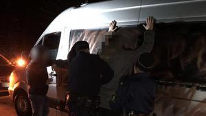 Här griper polisen en av männen som misstänks för stölden.