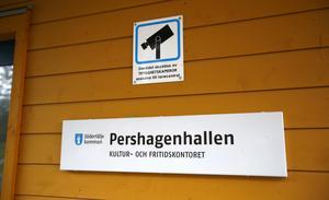 Trygghetskamera – det är enligt anslaget vad som används för att bevaka Pershagenhallen.