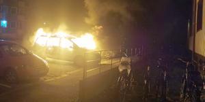 Ingen annan bil intill ska ha skadats av branden som utbröt natten till onsdag. Foto: Läsarbild.