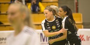 Moa Arlebo (till höger) och Örebro FC tog tredje raka segern i starten av RFL-säsongen. Arkivfoto