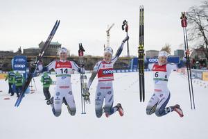 Stina Nilsson firar segern och en helsvensk pall i Dresden tillsammans med Maja Dahlqvist och Jonna Sundling. Foto: Sebastian Kahnert, DPA/AP/TT