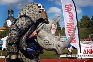 En mil i dräkt för att rädda noshörningen.Foto: Anna Stille