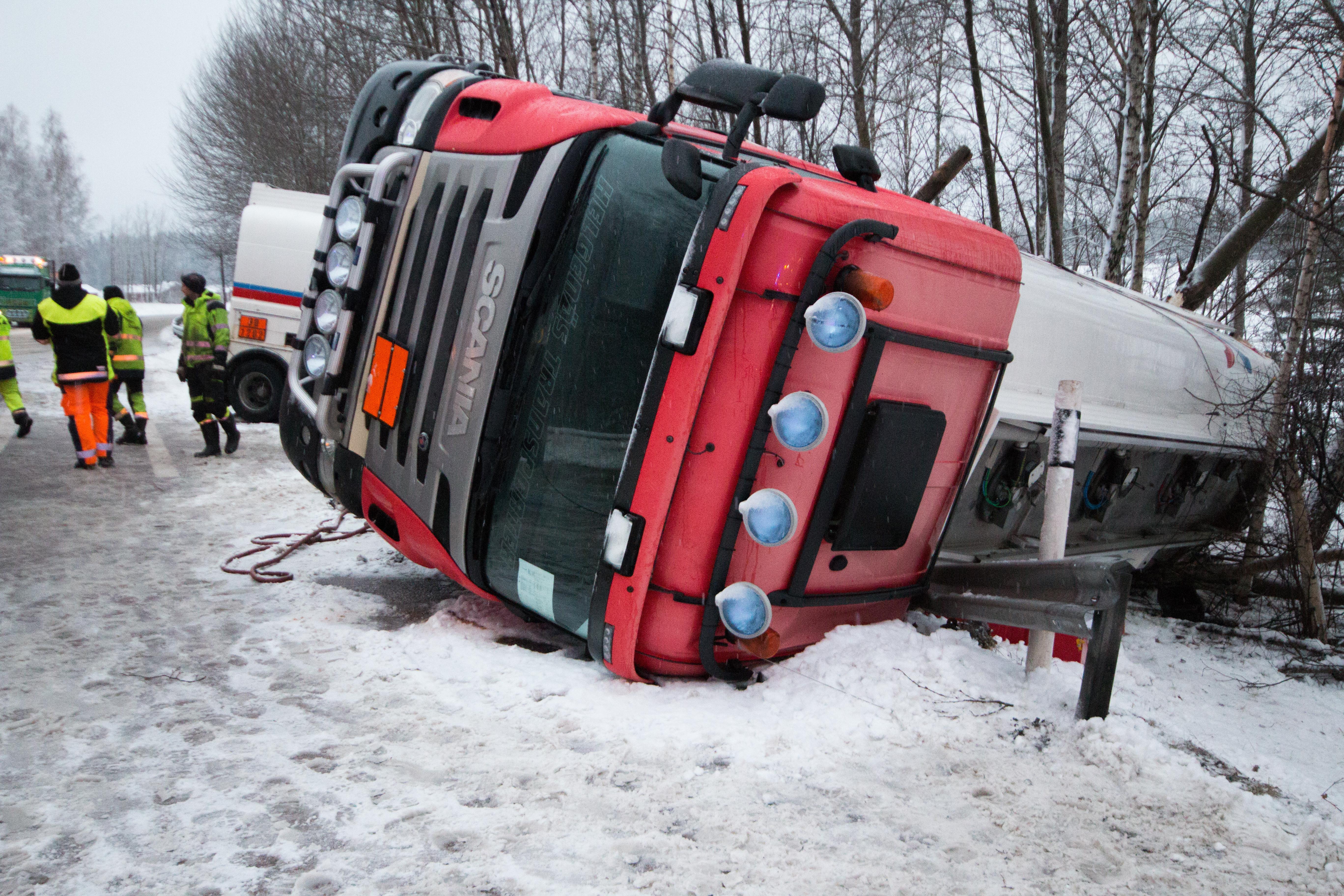 Tva dog i krock med tankbil