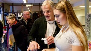 Mikael Hedberg pratar UF-företagande med Elin Backén.