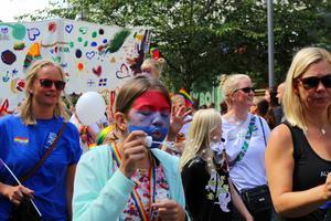 Hundratals privatpersoner deltog i årets prideparad.