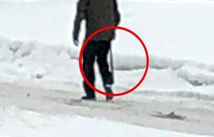 Foto: Privat. JoTidningens medarbetare på platsen såg en civilklädd polisman som kom bärande på något som liknande ett baseballträ.
