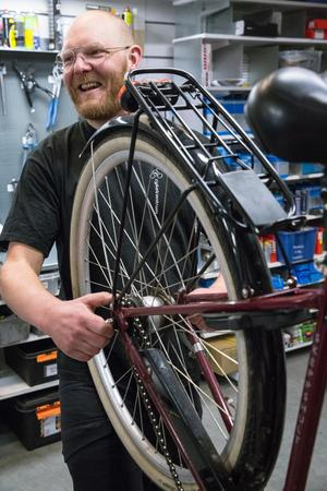 Förutom elitcykelkarriären livnärs sig Johan Landström som mekaniker på Cykelcentrum i Borlänge.